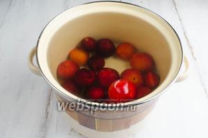 Подготовить алычу: перебрать, вымыть. Плоды алычи аккуратно выложить в кипящий сироп.