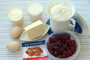 Для приготовления кекса возьмём муку, сахар, молоко, яйца, сливочное масло, разрыхлитель и стакан любых ягод. Как я упомянула во вступлении я использовала малину и йошту по половине стакана каждой ягодки.