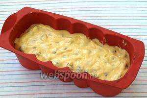 Вылить в форму оставшееся тесто, хорошо покрывая ягоды. Если использовать один вид ягод, то выложить сразу все ягоды на тесто и залить оставшимся.