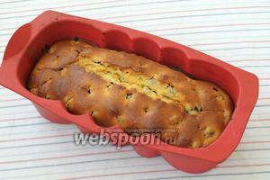 Разогреть духовку до 180 градусов и печь кекс 1 час. Полностью остудить кекс в форме, а затем можно вынуть и по желанию полить глазурью или посыпать сахарной пудрой. Приятного аппетита!