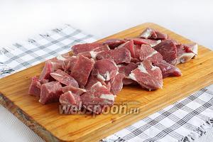 Мясо нарезать удобными кусочками.