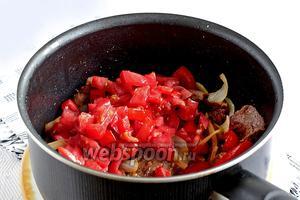 Затем положить рубленные помидоры и щепотку сахара, потушить всё вместе.