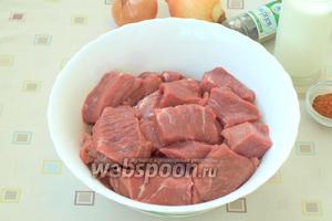 Нарезать мясо кусками 3-4 см и сложить в глубокую миску.