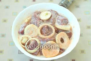 Несколько раз перемешать, чтоб кефир обволакивал всё мясо. Мариновать мясо сутки.