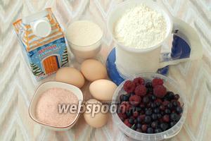 Для приготовления торта нам понадобится мука, сахар, яйца, сливки (не ниже 33% жирности), фруктовое желе и ягоды, фрукты по сезону.