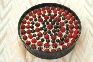 Когда сливки застынут, разложить по поверхности ягоды в такой комбинации, как вам нравится. Ягоды должны быть сухие. Малину я не мою, использовала отборную, которую сама собирала. Йошту помыть и высушить на полотенце.