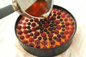 Если вы используете желе для торта, то его следует готовить по инструкции на упаковке, оно застывает практически мгновенно. У нас такое желе не всегда можно купить, я приловчилась использовать обычное фруктовое, которое рассчитано на 400 мл воды. Упаковку желе (90 г) я развожу в стакане горячей воды и размешиваю до полного растворения. Даю полностью остыть (!) и только потом выливаю на поверхность торта. Выливать желе нужно тонкой струйкой в центр на ягоду, чтоб оно само равномерно распределялось по поверхности. Можно заливать в 2-3 этапа, во избежание протекания желе вниз. По своей практике скажу, что если сливочный слой распределить до самых бортиков и он хорошо застынет, то желе не протечёт никогда. Убрать торт снова в холодильник, чтоб слой желе хорошо застыл. Затем достать торт, разрезать и наслаждаться. Приятного аппетита!