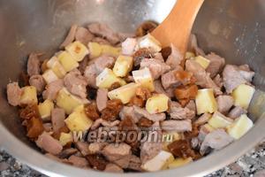 Положить все ингредиенты в миску с индейкой, посолить, поперчить по вкусу и хорошо перемешать.