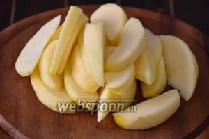 Яблоки очистить, удалить сердцевинки, нарезать дольками и сбрызнуть лимонным соком.