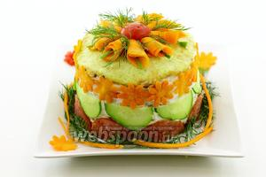 И завершающий этап. Оформляем верхушку торта. Из тонких пластинок моркови сформируйте что-то похожее на кулёчки, в которых бабушки продают семечки, и уложите по кругу. В центр морковки добавьте соломку из огуречной кожуры. Украсьте веточками укропа и шляпкой из помидора. Торт из кабачков готов. Подайте к праздничному столу. Приятного аппетита!