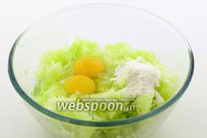 Добавьте куриные яйца, просеянную пшеничную муку, соль, перец чёрный молотый. Хорошо перемешайте.