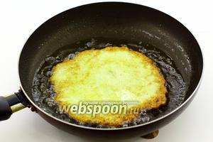 В сковороде разогрейте достаточное количество подсолнечного масла. Аполовником добавьте кабачковую массу в центр сковороды и ложкой аккуратно разровняйте, придавая блину круглую форму. Обжарьте на среднем огне с двух сторон, до золотистой корочки. Переворачивайте аккуратно, используя две лопатки, чтобы блин не порвался. Готовые кабачковые блины остудите до комнатной температуры.