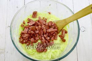 Небольшими кубиками нарежьте колбасу. Добавьте к остальным ингредиентам и перемешайте.