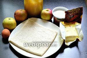 Для приготовления яблочного пирога Вульфов понадобятся яблоки, мёд, молотая корица, яйцо (у меня 1 категории), сметана (20-25% жирности) и слоёное тесто. По поводу теста, я так и не нашла информации, какое же оно должно быть — дрожжевое или бездрожжевое. Я использую дрожжевое.