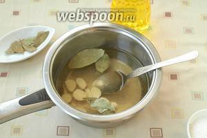 Приготовить маринад: в кастрюлю налить воду, добавить масло, уксус, мёд, сахар, соль чеснок пластинками и лавровый лист. Довести всё до кипения и кипятить 4 минуты.
