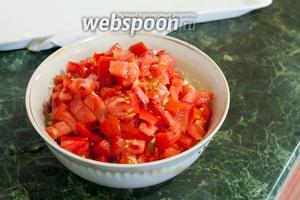 Добавим томаты к нашей начинке для лаваша.
