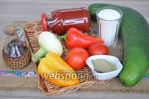 Приготовим всё для консервации. Лук и помидоры берём среднего размера. Стакан использую стандартный, как на фото 200 мл. Уксус 70%. Масло можно использовать растительное рафинированное.