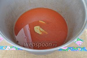 В большой 10 литровый казан вливаем воду, добавляем томатную пасту, соль, сахар, масло растительное, перец чёрный и душистый, лавровый лист и уксус. Доводим до кипения и кипятим 1 минуту.