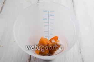 Выложить в чашу миксера фрукты и сахар, растолочь деревянной шпажкой.