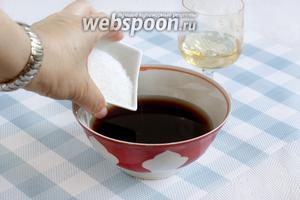В мисочке соединить воду, соевый соус, сахар, вино. Добавить острый соус или перец, перемешать.