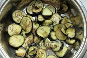 Баклажаны прожариваем после промывания от соли и просушивания, также кладём в горшок.