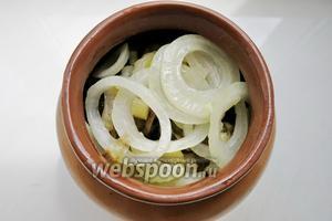 Последний слой в горшочке — кольца лука, заливаем всё соусом и ставим в духовку при 180°С на 20-30 минут.