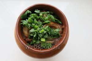 За 10 минут до окончания приготовления, кладём в горшок зелень — петрушку и зелёный лук.