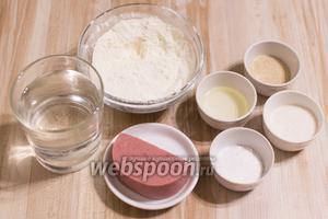 Для приготовления возьмите муку, дрожжи, соль, сахар, ветчину, масло растительное, воду.