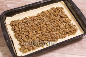 Раскатайте 1/2 часть теста, переложите в форму для выпечки, распределите по тесту фарш, отступив от краёв 2-3 см.