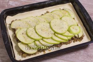Поверх фарша распределите яблоки, порезанные тонкими дольками. Посолите и поперчите по вкусу.