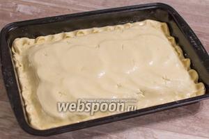 Накройте второй частью теста, заверните и защипните края. Смажьте тесто желтком.
