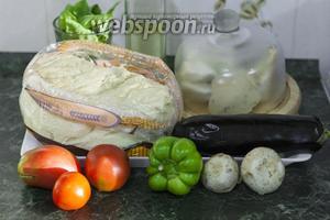 Для приготовления этой пиццы с баклажанами и грибами мы используем  Дрожжевое тесто на гусиных яйцах  (достаточно половины количества от заявленного в рецептуре), сладкие огородные помидоры и любой выдержанный сыр.