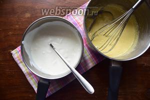 Сливки нагреть, но не доводить до кипения. Влить их тонкой струйкой во взбитые желтки.