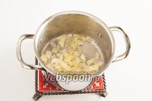 Нарежьте абы как и обжарьте в растительном масле, в кастрюле, до прозрачности, на среднем огне, репчатый лук.