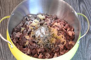 Кладём чёрный молотый перец и солим по вкусу.