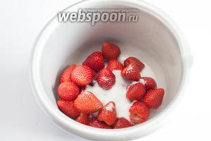 Добавляем по 1 столовой ложке сахарного песка на 100 грамм веса клубники и измельчаем ягоды.