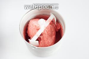 Охлаждаем и перемешиваем мороженое с помощью машинки. Критерий готовности — блокировка винта. В зависимости от того, сколько сливок вы используете, приготовление клубничного мороженого занимает 45-60 минут.