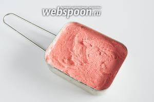 Клубничное мороженое готово.