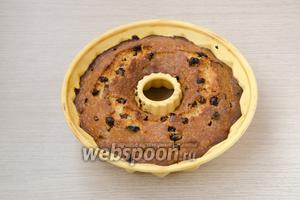 Выпекать кекс при температуре 170°С в течение 50-60 минут. Готовность проверить с помощью деревянной шпажки — она должна быть сухой.