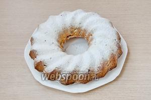 Готовый кекс ещё горячим густо посыпать сахарной пудрой.
