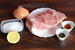 Для приготовления свиной мякоти, обжаренной с мятой и лимоном на решётке, вам понадобится свинина, перец красный молотый, мята сушёная, лимон, лук репчатый, соль.