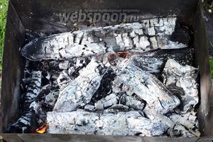 Подготавливаем мангал, раскаляем угли.
