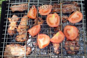 Обжариваем с обеих сторон, в общем минут 15, периодически вспрыскивая водой. Также можно приготовить помидоры на решётке, будет ещё вкусней.