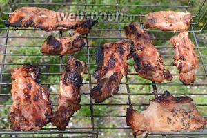 Готовое мясо подаём на полянку нашего пикничка. Приятного аппетита!