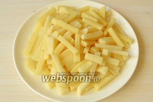 Почистим картошку и порежем брусочками.