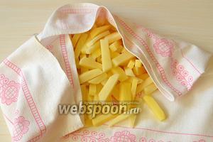 Выкладываем картофель на полотенце и просушим его слегка.