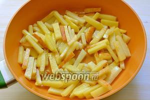 Затем выкладываем картофель на сильно разогретую с топлёным маслом сковороду и, не перемешивая, обжариваем до первых поджаренных корочек.