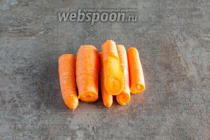 Мне на сей раз попалась почти идеальная молодая, сладкая морковь, которую не было смысла чистить. Кстати, нечищенная морковка придаёт соку горчинку, которую кто-то любит, а кто-то нет. В любом случае, морковь нужно порезать на куски той длины, которую удобно запихивать в соковыжималку.