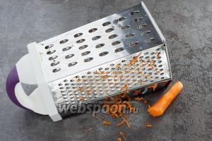 Морковь трём на не самой мелкой тёрке. Ну, в принципе, можно и на крупной, или на тёрке для корейской моркови.