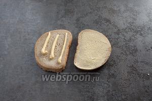 Смазываем оба куска хлеба очень небольшим количеством майонеза, творога, молодого сыра или ещё чего-нибудь такого. Размазываем это дело ножом, слой должен быть очень-очень тонким.